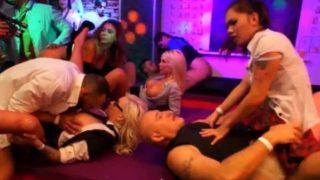 Пьяная порно вечеринка в ночном клубе